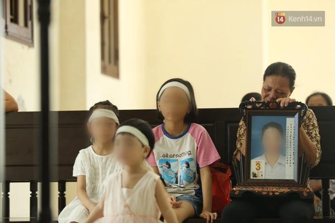 Người con gái lớn của nạn nhân khóc nghẹn trước khi phiên toà diễn ra.