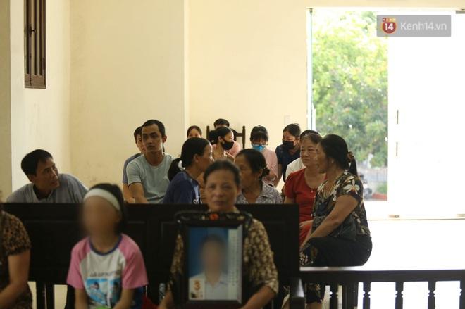 Nhiều người khác là người nhà nan nhân, người nhà bị cáo cũng đã có mặt.