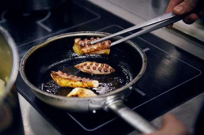 3 hành vi tiết kiệm trong căn bếp nhưng lại là đang lãng phí sức khỏe, có nguy cơ gây ung thư cao - Ảnh 2.