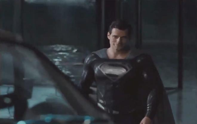Bóng gió chê bai cha đẻ Avengers, đạo diễn Justice League khoe hẳn suit đen siêu bốc của Superman để dằn mặt - Ảnh 4.