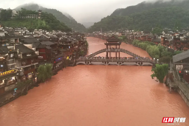 Nước lũ tuôn ào ạt như thác từ cửa sổ tầng 3 nhà dân trong trận lũ lụt nghiêm trọng nhất 2 thập kỷ ở Trung Quốc - Ảnh 3.