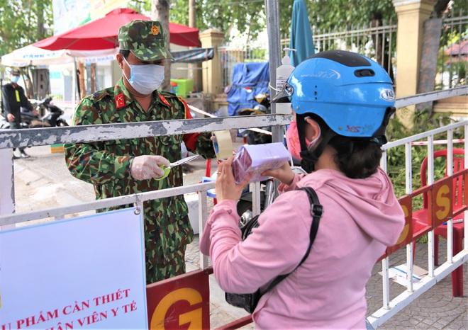 Người dân Đà Nẵng cùng mang nhu yếu phẩm tiếp tế cho bệnh nhân, bác sĩ, công an trong khu cách ly: Các bạn cần gì cứ nói! - Ảnh 13.