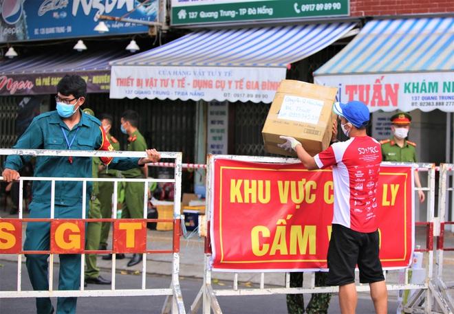 Người dân Đà Nẵng cùng mang nhu yếu phẩm tiếp tế cho bệnh nhân, bác sĩ, công an trong khu cách ly: Các bạn cần gì cứ nói! - Ảnh 15.