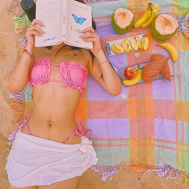 Sun HT diện bộ bikini hot nhất hè này để khoe vòng 1 mới tinh, dù đụng hàng Ngọc Trinh cũng khó mà lép vế - Ảnh 4.