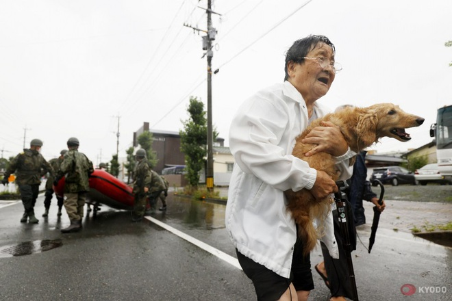 Chùm ảnh: Nhật Bản tan hoang khi lũ lớn càn quét giữa thời điểm bóng ma của đại dịch Covid-19 vẫn đang hiện diện - Ảnh 1.