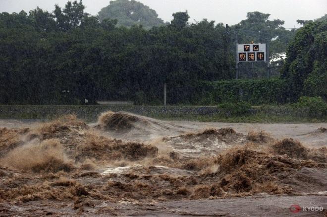 Chùm ảnh: Nhật Bản tan hoang khi lũ lớn càn quét giữa thời điểm bóng ma của đại dịch Covid-19 vẫn đang hiện diện - Ảnh 9.