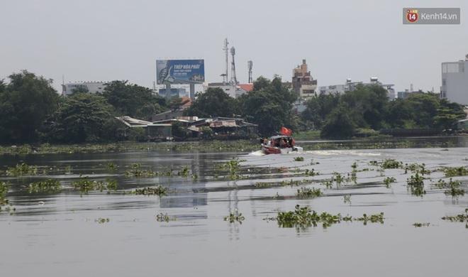 Một thanh niên bỏ lại balo và đôi dép trên cầu Bình Triệu rồi nhảy xuống sông Sài Gòn tự tử - Ảnh 3.