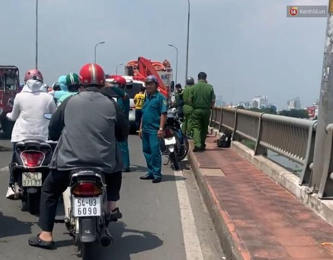 Một thanh niên bỏ lại balo và đôi dép trên cầu Bình Triệu rồi nhảy xuống sông Sài Gòn tự tử - Ảnh 1.
