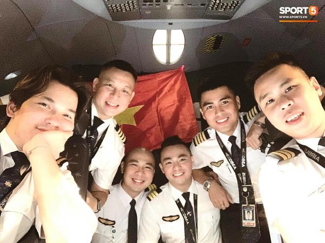 NÓNG: Hình ảnh hiếm hoi Văn Hậu mặc kín trang phục bảo hộ, có mặt trên chuyến bay đặc biệt đưa công dân Việt Nam về nước từ Paris (Pháp) - Ảnh 3.