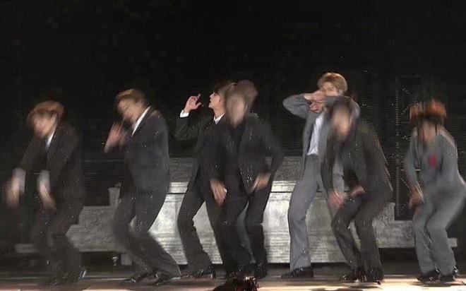 Jin (BTS) vẫn thần thái bất chấp vũ đạo cực bốc trong khi Jungkook, Jimin, V mặt méo xệch, tài năng ẩn dật của trai đẹp toàn cầu đấy! - Ảnh 16.