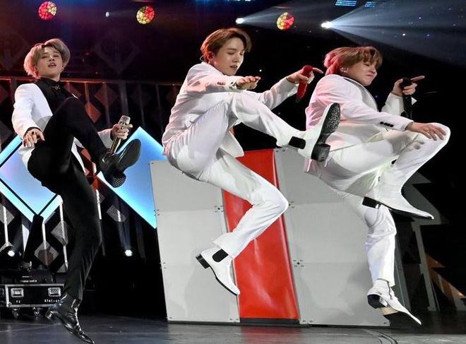 Jin (BTS) vẫn thần thái bất chấp vũ đạo cực bốc trong khi Jungkook, Jimin, V mặt méo xệch, tài năng ẩn dật của trai đẹp toàn cầu đấy! - Ảnh 5.