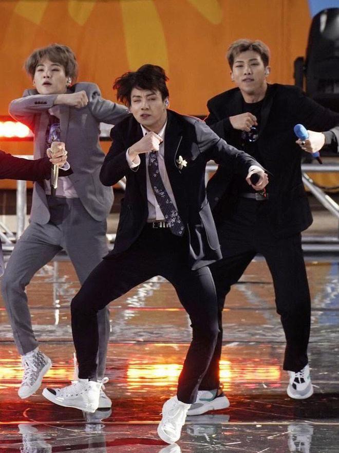 Jin (BTS) vẫn thần thái bất chấp vũ đạo cực bốc trong khi Jungkook, Jimin, V mặt méo xệch, tài năng ẩn dật của trai đẹp toàn cầu đấy! - Ảnh 11.