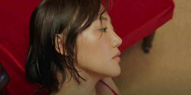 Văn Mai Hương ẩn ý kể chuyện tình yêu giấu kín gia đình trong MV Đốt, hết châm lửa đốt phòng rồi lại tự nhấn chìm mình dưới nước - Ảnh 5.