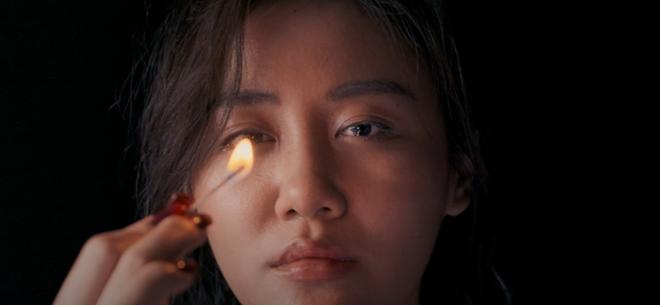 Văn Mai Hương ẩn ý kể chuyện tình yêu giấu kín gia đình trong MV Đốt, hết châm lửa đốt phòng rồi lại tự nhấn chìm mình dưới nước - Ảnh 6.