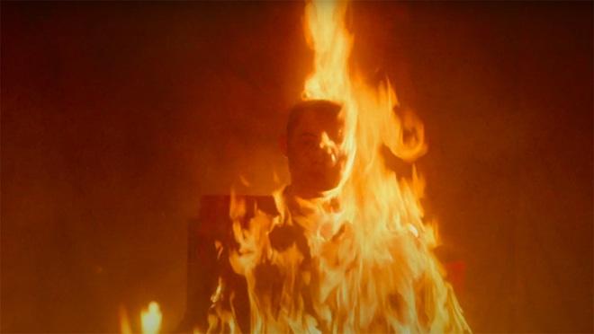 Văn Mai Hương ẩn ý kể chuyện tình yêu giấu kín gia đình trong MV Đốt, hết châm lửa đốt phòng rồi lại tự nhấn chìm mình dưới nước - Ảnh 7.