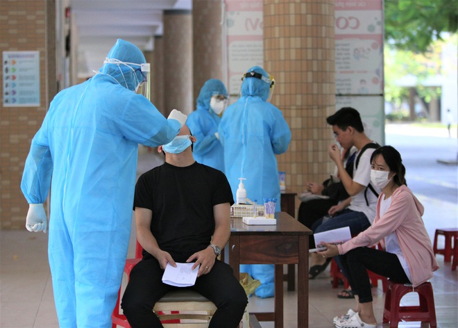 Ảnh: 11.000 sĩ tử ở Đà Nẵng được lấy mẫu xét nghiệm Covid-19 trước kỳ thi tốt nghiệp THPT 2020 đợt 2 - Ảnh 13.