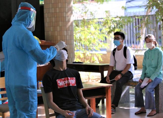 Ảnh: 11.000 sĩ tử ở Đà Nẵng được lấy mẫu xét nghiệm Covid-19 trước kỳ thi tốt nghiệp THPT 2020 đợt 2 - Ảnh 15.