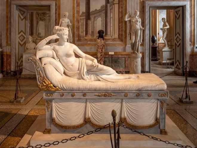 """Đi bảo tàng rồi """"hồn nhiên"""" ngồi lên bức tượng sống ảo, nam du khách làm vỡ luôn 2 ngón chân của tác phẩm 200 năm tuổi - Ảnh 4."""