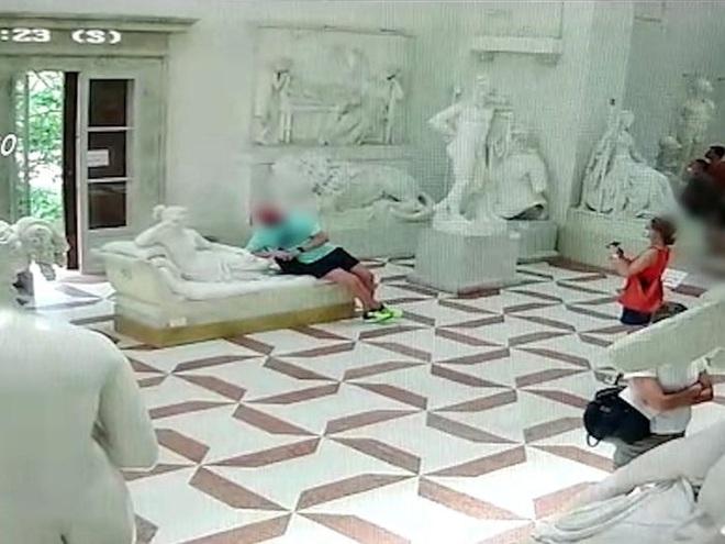 """Đi bảo tàng rồi """"hồn nhiên"""" ngồi lên bức tượng sống ảo, nam du khách làm vỡ luôn 2 ngón chân của tác phẩm 200 năm tuổi - Ảnh 2."""