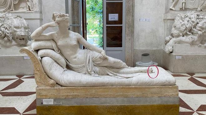 """Đi bảo tàng rồi """"hồn nhiên"""" ngồi lên bức tượng sống ảo, nam du khách làm vỡ luôn 2 ngón chân của tác phẩm 200 năm tuổi - Ảnh 1."""