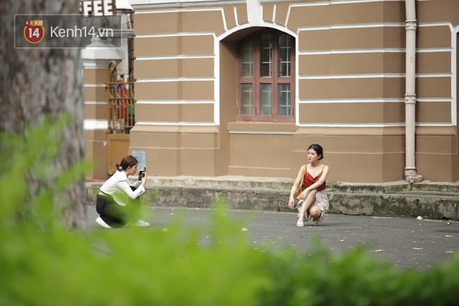 Chùm ảnh: Giới trẻ Sài Gòn kín mít khẩu trang xuống phố, mua sắm hay sống ảo đều nhanh chóng, đề cao cảnh giác  - Ảnh 4.