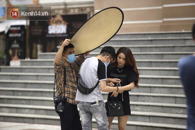 Chùm ảnh: Giới trẻ Sài Gòn kín mít khẩu trang xuống phố, mua sắm hay sống ảo đều nhanh chóng, đề cao cảnh giác  - Ảnh 5.