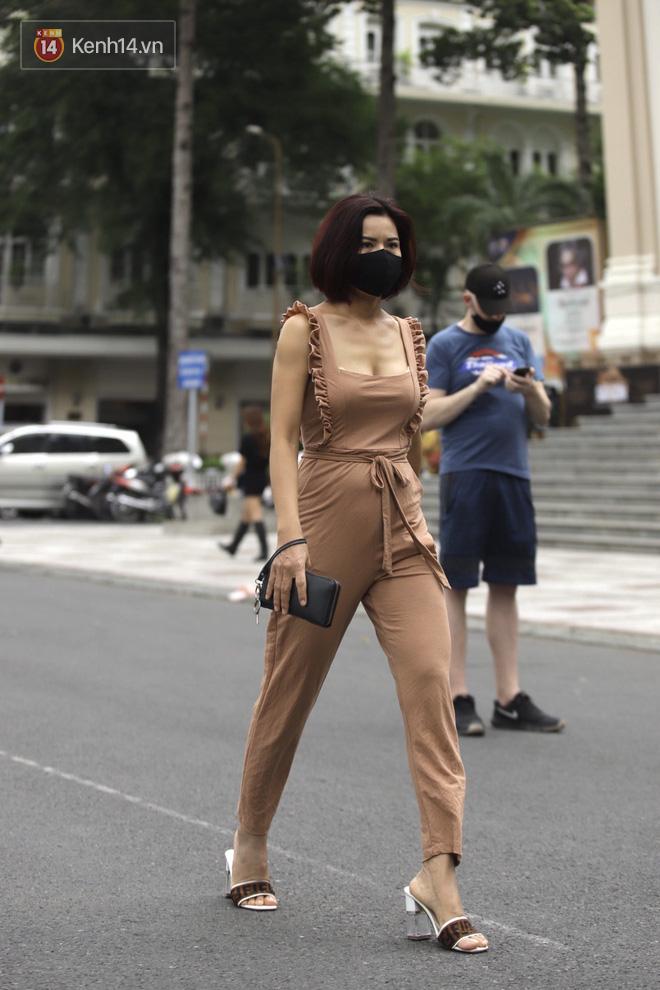 Chùm ảnh: Giới trẻ Sài Gòn kín mít khẩu trang xuống phố, mua sắm hay sống ảo đều nhanh chóng, đề cao cảnh giác  - Ảnh 6.