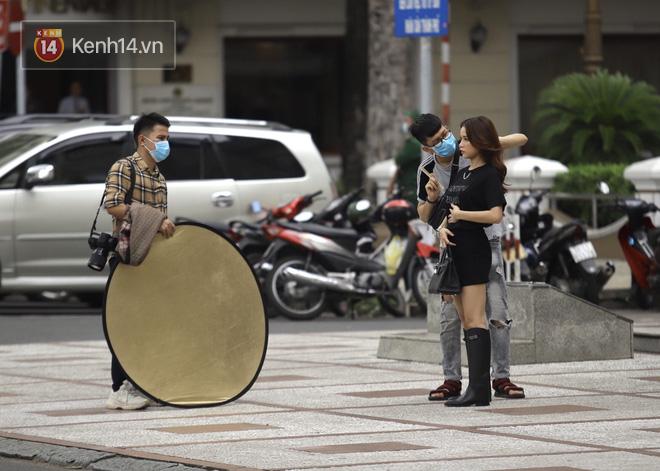 Chùm ảnh: Giới trẻ Sài Gòn kín mít khẩu trang xuống phố, mua sắm hay sống ảo đều nhanh chóng, đề cao cảnh giác  - Ảnh 7.