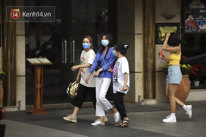 Chùm ảnh: Giới trẻ Sài Gòn kín mít khẩu trang xuống phố, mua sắm hay sống ảo đều nhanh chóng, đề cao cảnh giác  - Ảnh 9.