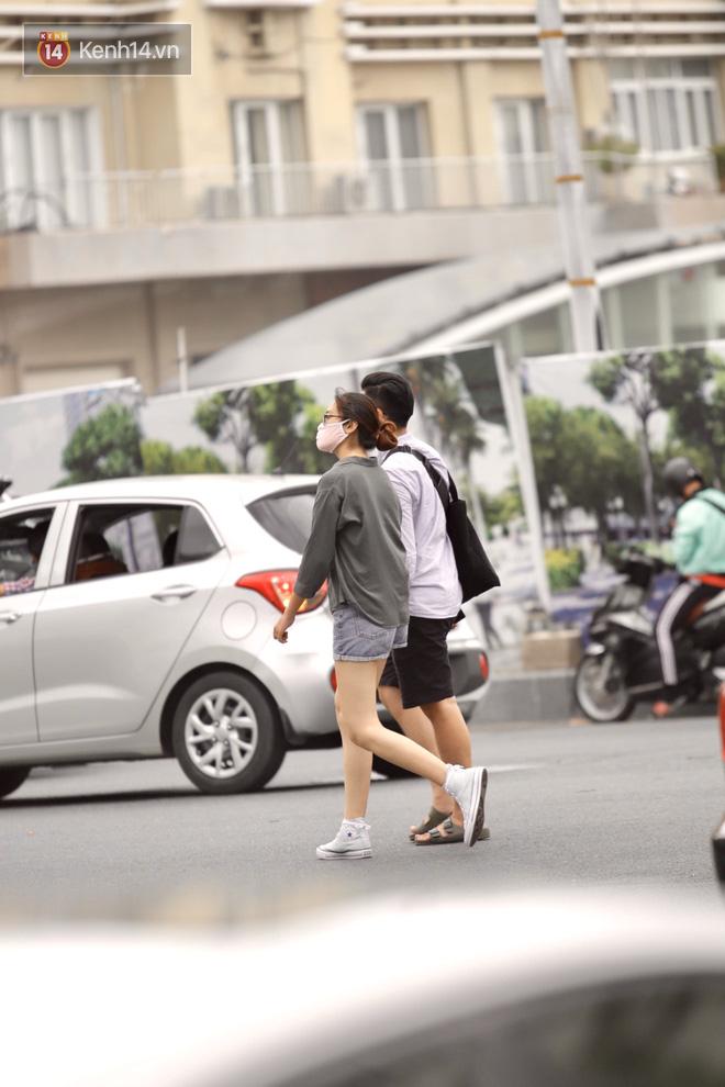 Chùm ảnh: Giới trẻ Sài Gòn kín mít khẩu trang xuống phố, mua sắm hay sống ảo đều nhanh chóng, đề cao cảnh giác  - Ảnh 10.