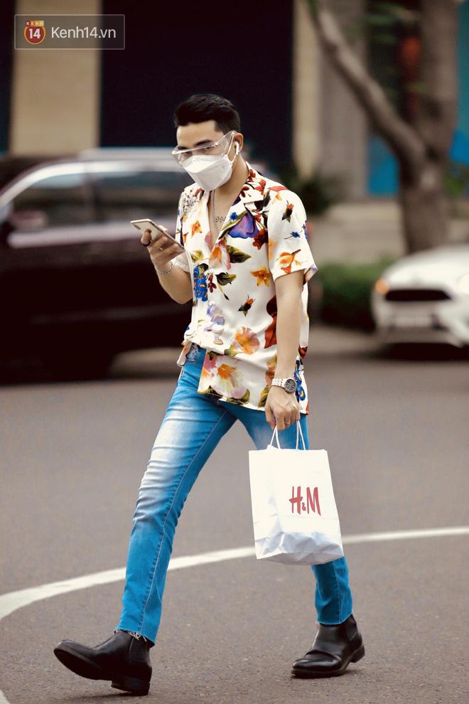Chùm ảnh: Giới trẻ Sài Gòn kín mít khẩu trang xuống phố, mua sắm hay sống ảo đều nhanh chóng, đề cao cảnh giác  - Ảnh 11.