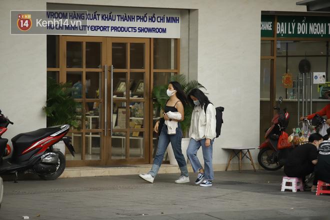 Chùm ảnh: Giới trẻ Sài Gòn kín mít khẩu trang xuống phố, mua sắm hay sống ảo đều nhanh chóng, đề cao cảnh giác  - Ảnh 13.