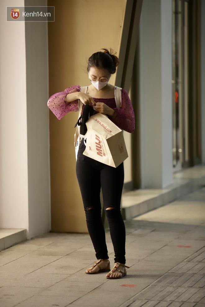 Chùm ảnh: Giới trẻ Sài Gòn kín mít khẩu trang xuống phố, mua sắm hay sống ảo đều nhanh chóng, đề cao cảnh giác  - Ảnh 16.