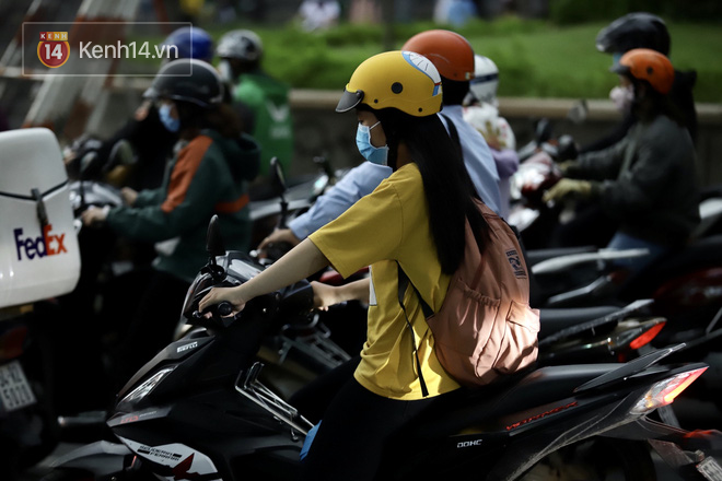 Chùm ảnh: Giới trẻ Sài Gòn kín mít khẩu trang xuống phố, mua sắm hay sống ảo đều nhanh chóng, đề cao cảnh giác  - Ảnh 20.