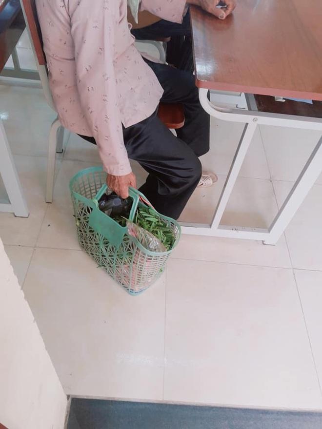 Hình ảnh người bà đang đi chợ thì nhớ ra phải họp phụ huynh cho cháu gây bão: Với bà, cháu là tất cả - Ảnh 1.