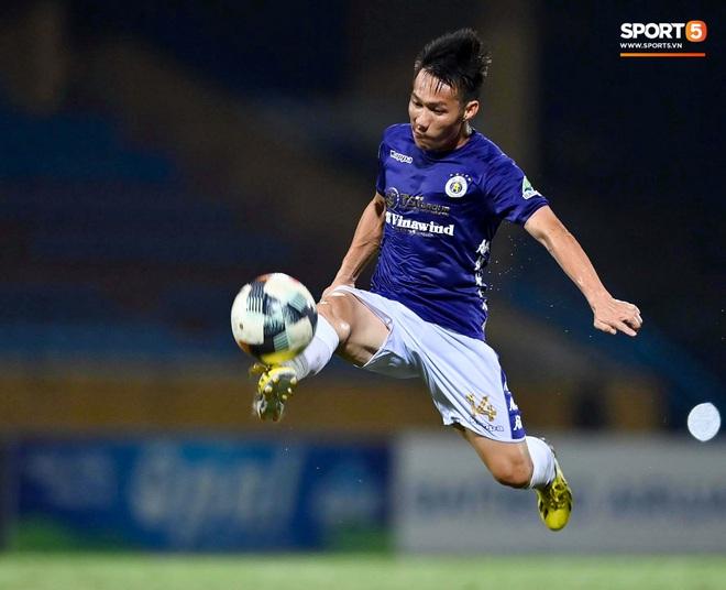 Cựu tuyển thủ Việt Nam chảy máu ướt đẫm quần khiến tất cả hốt hoảng ngày Hà Nội FC đại thắng - Ảnh 8.