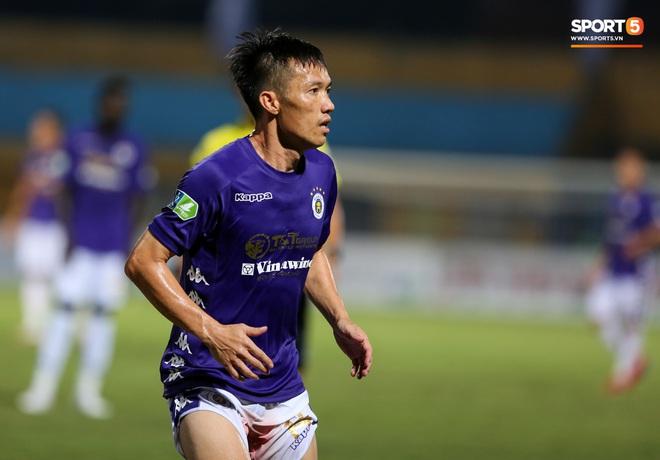 Cựu tuyển thủ Việt Nam chảy máu ướt đẫm quần khiến tất cả hốt hoảng ngày Hà Nội FC đại thắng - Ảnh 3.