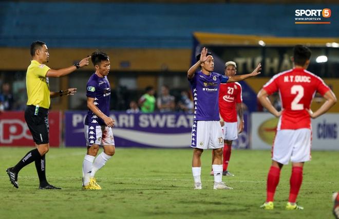 Cựu tuyển thủ Việt Nam chảy máu ướt đẫm quần khiến tất cả hốt hoảng ngày Hà Nội FC đại thắng - Ảnh 4.