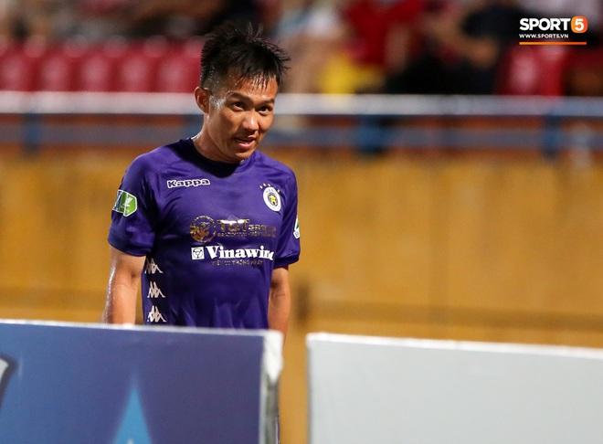 Cựu tuyển thủ Việt Nam chảy máu ướt đẫm quần khiến tất cả hốt hoảng ngày Hà Nội FC đại thắng - Ảnh 6.