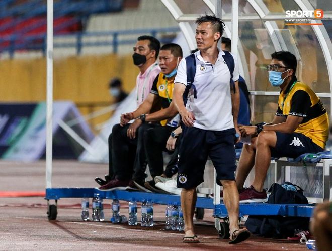 Cựu tuyển thủ Việt Nam chảy máu ướt đẫm quần khiến tất cả hốt hoảng ngày Hà Nội FC đại thắng - Ảnh 7.