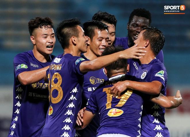 Cựu tuyển thủ Việt Nam chảy máu ướt đẫm quần khiến tất cả hốt hoảng ngày Hà Nội FC đại thắng - Ảnh 9.