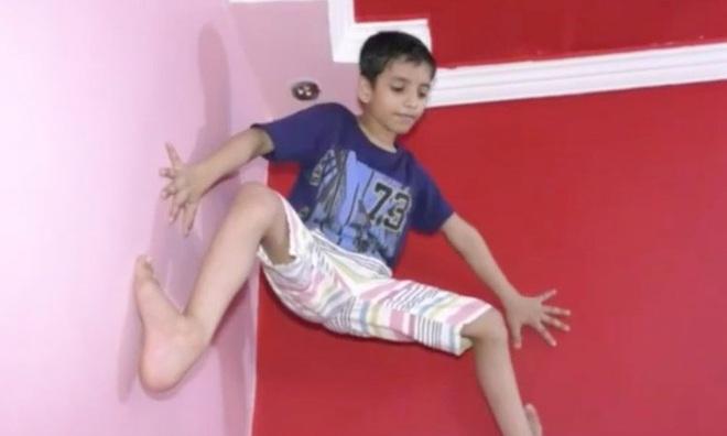 Cậu bé tay không leo tường thoăn thoắt, được mệnh danh Spider-Man Ấn Độ khi vừa 7 tuổi - Ảnh 1.