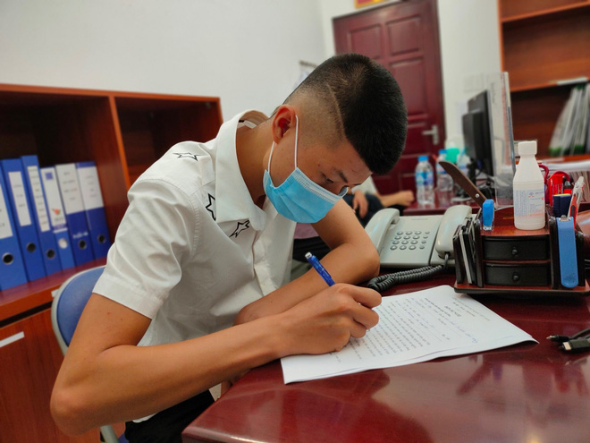 Con trai 19 tuổi thay mẹ ký đơn hiến tặng trái tim của cha cho bệnh nhi 11 tuổi - Ảnh 1.