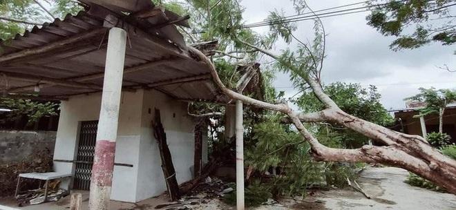 Ảnh hưởng của bão số 5: Đà Nẵng gió lốc, mưa lớn kèm sấm chớp - Ảnh 2.