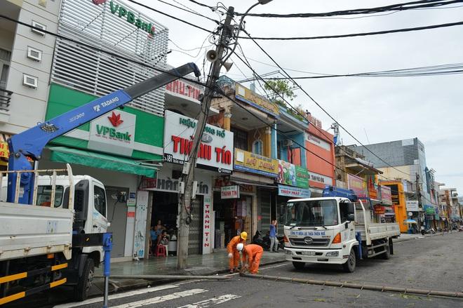 Cây ngã la liệt khiến 1 người chết và nhiều người bị thương, toàn tỉnh Thừa Thiên Huế mất điện sau khi bão số 5 đổ bộ - Ảnh 6.