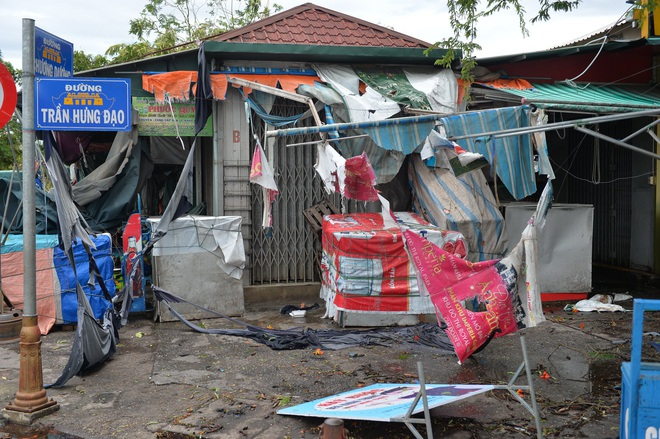 Cây ngã la liệt khiến 1 người chết và nhiều người bị thương, toàn tỉnh Thừa Thiên Huế mất điện sau khi bão số 5 đổ bộ - Ảnh 10.