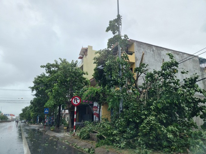 Ảnh hưởng của bão số 5: Đà Nẵng gió lốc, mưa lớn kèm sấm chớp - Ảnh 3.
