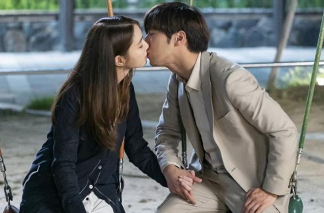 Không phải ông xã Lee Byung Hun, quý tử nhỏ mới là người lo lắng nhất khi thấy mỹ nhân Vườn Sao Băng đóng cảnh hôn - Ảnh 3.