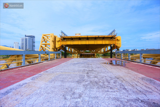 Người Đà Nẵng thích thú lần đầu chứng kiến cây cầu lịch sử nâng nhịp cho tàu thuyền qua lại - Ảnh 7.