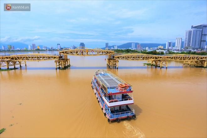 Người Đà Nẵng thích thú lần đầu chứng kiến cây cầu lịch sử nâng nhịp cho tàu thuyền qua lại - Ảnh 1.